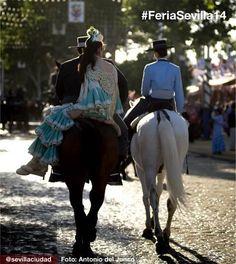 Paseo a caballo por el Real de la Feria, toda una tradición.