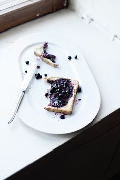 blueberry butter with toast served on a white plate | summer fruit: blackberry . Sommer-FruchtFrucht: Blaubeere . fruit d'été: myrtille | Photo: Lily |