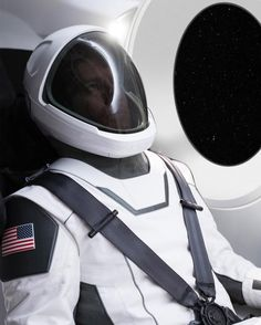 This past weekend, SpaceX founder and CEO Elon Musk promised to reveal photos of the space suit his company has been developing for NASA. Social Marketing, Digital Marketing, Ufo, Elon Musk Spacex, Astronaut Suit, Mission To Mars, Delon, News Space, Astronomy