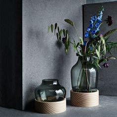 Mundgeblasenes Glas und unbehandeltes Holz – beide Materialien eint eine Aura der Authentizität. Ihre Atmosphärische Kombination durch den Designer Jaime Hayon spricht hier für sich. Die in zwei unterschiedlichen Größen erhältlichen Vasen sind leer und gefüllt Dekorationsobjekte, von denen man sich so leicht nicht wieder trennt.