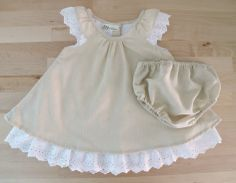 This delicate and elegant baby girl set is composed by two pieces: - Linen dress with lace - Linen Diaper Cover Little dress and Ruffle Diaper Cover are all made of 100% pure cotton and i finished them with a very nice and valuable cotton lace around neck, on the bottom and on the diaper cover back. Size available: - 0-3 months - 3-6 months My creations are completely handmade in a smoke-free home. I hope you will enjoy them! Thank you for visiting Melime babyshop!
