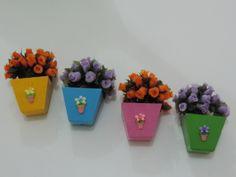 Vasinhos para decorar sua casa. feitos em madeira, pintados a mão, com aplique de biscuit e florzinhas artificiais. R$ 6,00