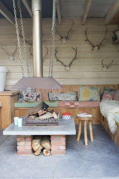 Veranda met banken via Douglas-hout.nl en kussen van oude dekens.