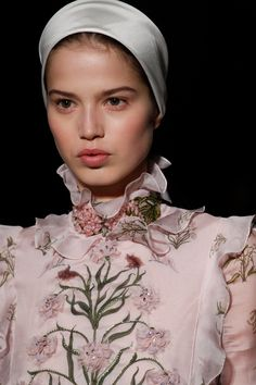 See all the Details photos from Giambattista Valli Spring/Summer 2017 Couture now on British Vogue Couture Details, Fashion Details, Look Fashion, Fashion Show, Fashion 2017, Couture Fashion, Modern Princess, Winter Bride, Couture Accessories
