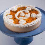 A Torta Ice Maracujá é feita com: Finíssima massa de biscoito, creme de chocolate branco com maracujá e cobertura de suspiros de chantilly com maracujá azedinho.