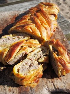 Sausage Plait with Sage and Onion (Picnic Pie) // sausage plait instead of sausage rolls Sausage Plait, Sausage Rolls, Sausage Recipes, Pork Recipes, Cooking Recipes, Hotdish Recipes, Recipies, Fodmap Recipes, Salmon