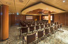 Onavio conta com várias salas deconferências, tanto pequenas quanto grandes. Épossível realizar reuniões denegócios abordo.