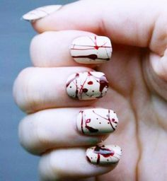 Nail Art spécial Halloween : taches de sang