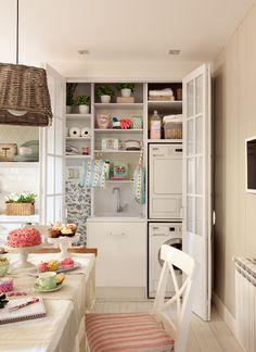 Armario blanco en la cocina con material de limpieza, lavadora y secadora_00376949