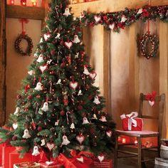 décoration du sapin de Noël en couleurs traditionnelles
