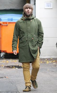 Trendy: Liam sported his usual Mod style in a green parka jacket zipped up to the neck, with many pockets and an oversized hood Liam Gallagher Jacket, Green Parka Jacket, Carros Lamborghini, Styles Courts, Fishtail Parka, Types Of Jackets, How To Look Handsome, Blue Trousers, Plain Shirts