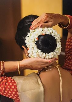 59 photo and video samples from Makeup artist Manjusha Bajaj in Bangalore South Indian Bride Hairstyle, Indian Long Hair Braid, Indian Bridal Hairstyles, Braids For Long Hair, Bride Hairstyles, Bridal Hair Buns, Beautiful Buns, Wedding Hair Clips, Floral Hair