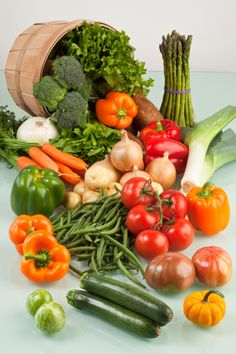 How To Go About Setting Your Daily Nutrition Goals. Nutrition is a complicated subject, but it Fresh Fruits And Vegetables, Healthy Vegetables, Fruit And Veg, Vegetables Photography, Fruit Photography, Vegetable Pictures, Legume Bio, Real Food Recipes, Healthy Recipes