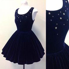 Dunkelblaues Samtkleid mit silbernen Sternen. Für dressy.