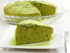 Für den Matchakuchen Mehl mit Backpulver vermischen und sieben. Tee und 100 g Zucker hinzufügen. Backrohr auf 160 °C vorheizen. Zwei Eier trennen