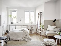 Small space living - Design and Live Studio Living, Home Living, Apartment Living, White Studio Apartment, Attic Apartment, Small Space Living, Small Spaces, Living Spaces, Tiny Living