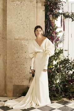 Every unconventional wedding dress style, cut, colour, fabric and accessory trend from New York Bridal Fashion Week Wedding Dress Sleeves, Fall Wedding Dresses, Designer Wedding Dresses, Bridal Dresses, Wedding Gowns, Lace Wedding, Looks Chic, Looks Style, Unique Dresses