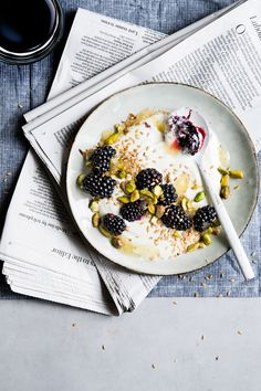 Skyr with golden linseed, blackberries and pistachios