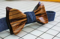 Wooden-Bow-Tie Bow Tie Theme, Whittling Wood, Wood Shop Projects, Der Gentleman, Wooden Bow Tie, Boys Bow Ties, Wooden Jewelry, Groomsman Gifts, Ribbon Bows