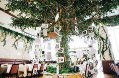 レストランの真ん中にある大きな木に2人の生い立ち写真を吊るした#ourstory . ガーデンウエディングみたいに緑いっぱいが理想、、、でも全部お花屋さんお願いするととんでもない金額になっちゃうので、もともとこの木がある会場はピッタリでした . 披露宴が始まる前にゲストが笑顔で見てくれてた動画が残ってて、頑張って厚紙切ったかいあったなと嬉しくなりました(笑) . #weddingtbt #ウェルカムツリー #ウェルカムアイテム #オリジナルウエディング #カジュアルウエディング #ナチュラルウエディング #会場装飾 #結婚式 #結婚 #ウエディングレポ #結婚式レポ #結婚式小物 #結婚式準備 #卒花 #結婚式会場