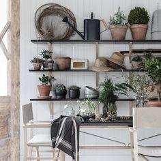 Med växtvärk i fingrarna välkomnar vi våren! @mari_strenghielm inreder ett uterum med #EKBY vägghyllor på konsoler och #BJÖRKSNÄS regissörsstolar i massiv björk. Här förbereder hon sticklingar, kryddörter och lökar till trädgården. Vad planterar du i år?