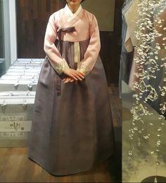 안녕하세요 명품한복 이승현한복입니다. 오늘은 고급혼주한복을 소개해드릴려고합니다. 혼주한복은 원단의 ...