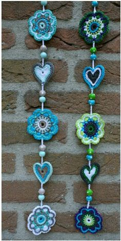 pretty crochet garland - Proyectos que intentar - Crochet Home, Love Crochet, Crochet Crafts, Yarn Crafts, Crochet Flowers, Crochet Dreamcatcher, Crochet Mandala, Crochet Motif, Crochet Designs