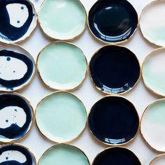 Platos verdes y azules con borde dorado