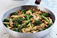 Du poulet, du brocoli, de l'oignon... et voilà un sauté prêt en un clin d'œil. Une recette simple, élégante et savoureuse.