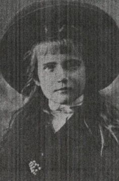Anastasia was the only one of the four sisters to wear a fringe. 1907-12 ~