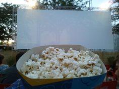 Il cinema all'aperto!!birra e popcorn...wow!!
