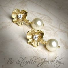 Gold flower & Pearl Earrings.