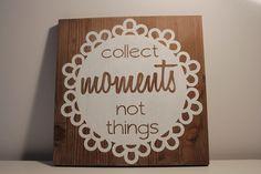 Holzschild Doily und Zitat        +Das sollte man sich immer wieder vor Augen führen: reich wird man nicht durch Geld und Dinge,