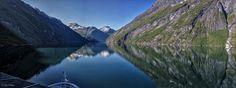 https://flic.kr/p/oKDeXd   Navegando a Hellesylt   El Sunnylvsfjord es una rama del fiordo de Storfjord, en el municipio de Stranda. Los fiordos de Geiranger se dividen hacia el oeste desde el Sunnylvsfjord. El Sunnylvsfjord, de 25 km de largo, se separa del Norddalsfjorden justo al sur de la aldea de Helsem. El pueblo de Hellesylt se encuentra al final del fiordo. La histórica finca Me-Åkernes se encuentra en un acantilado en el lado norte del fiordo.