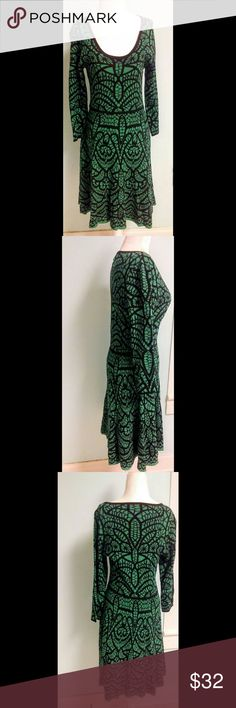 Carmen Marc Valvo Tribal Print Knit Dress M Such a flattering dress from Carmen Marc Valvo's Carmen Dresses label. In a deep green and black sweater knit with a swing skirt that has beautiful movement as you move. Bust 36+ waist 29+ hips full length 40 Carmen Marc Valvo Dresses Midi