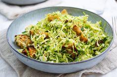 Dieser Rosenkohl Ceasar Salat ist wohl nur für die Hälfte der Menschheit geeignet. Denn Rosenkohl teilt die Bevölkerung wie Moses das Rote Meer. Es gibt entweder Fans oder Gegner. Wer also nicht du…