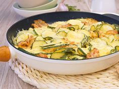 Schnell, einfach, Low Carb: Die Zucchini-Pfanne mit Käse und Bacon ist 25 Minuten fix und fertig zubereitet.