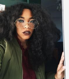 Omg love her hair and her make and her glasses
