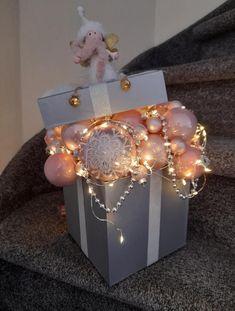 Christmas Gift Box, Diy Christmas Ornaments, Christmas Holidays, Christmas Wreaths, Christmas Arrangements, Christmas Centerpieces, Xmas Decorations, Deco Table, Christmas Crafts