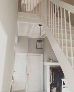 Wat ons het eerst opviel bij het zien van een foto van een hoekje in de woonkamer van Heidi was de rust! Sit back & relax, we kijken deze week binnen bij Heidi! Was, Stairs, Relax, Closet, Design, Home Decor, Stairway, Armoire, Decoration Home