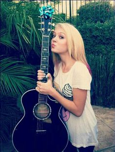 SUPER CUTE PIC. AMERICAN SINGER AND MUSIC AUTHOR, LOVELY ALEXI BLUE. Sal