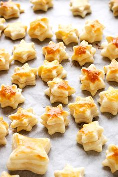 how to make puff pastry appetizers These Cheesy Puff Pastry Stars make a super easy appetizer for your holiday parties. You can also use them to add a bit of crunch to your winter soups. Puff Pastry Recipes Savory, Puff Pastry Appetizers, Light Appetizers, Puff Pastries, Savoury Baking, Best Appetizer Recipes, Baby Food Recipes, Cooking Recipes, Yummy Recipes