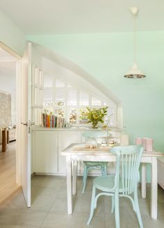 Interesting idea of a cool useable space below the stairs. House of Turquoise: Cristina Mateus House Of Turquoise, Living Room Designs, Living Room Modern, Pastel Home Decor, Cosy Apartment, Dinner Room, Dining Nook, Kitchen Flooring, Kitchen Chairs