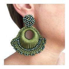 Aretes verdes en hilo Thread Jewellery, Textile Jewelry, Fabric Jewelry, Jewelry Art, Seed Bead Earrings, Beaded Earrings, Soutache Jewelry, Beaded Jewelry, Crochet Earrings Pattern