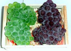 Sabonete artesanal cacho de uvas <br>nas cores verde ou rosada <br>Aroma idêntico da fruta natural! <br>Produzidas com matéria prima hipoalergênica <br>Base glicerinada transparente, essência de uva, extrato glicólico natural de uva, lauril líquido e corante cosmético a base de água. <br>Embalagem: plástico especial para sabonetes e redinha limão <br>PREÇO REFERENTE A UMA UNIDADE <br>Produto feito a mão sob encomenda 100% artesanal.