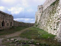 https://flic.kr/p/8dsREV | SYRIEN - Krak des Chevaliers, westliche Ringmauer mit Graben | Syrien - Krak des Chevaliers Der Sohn Pons', Graf Raimund von Tripolis, konnte den Erhalt der Burg und deren Garnison nicht mehr finanzieren, weshalb er die Burg 1142 an den Johanniterorden abtrat. Willelmus de Crato wurde mit 600 Gold-Byzantinern und Bodenrechten abgefunden. Zum Aussehen der Burg in damaliger Zeit gibt es keine Überlieferung, oberirdisch keine baulichen Reste. Vielleicht bestand eine…
