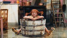 Ungewöhnlicher Großputz: Pippi schrubbt den Boden im Bürsten-Kunstlauf … (Bild: Cinetext) (© Bild: Cinetext)