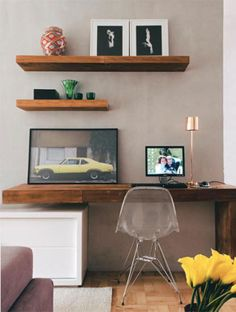 Madeira de demolição é o material da mesa e das prateleiras na sala de estar e home office de autoria da designer de interiores Luciana Penna. Os tons claros da parede de cimento queimado e do móvel laqueado trazem leveza ao espaço. A marcenaria é da Wood's.