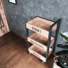 Small Furniture, Metal Furniture, Industrial Furniture, Diy Furniture, Diy Interior, Interior Decorating, Wood Projects That Sell, Diy Tv Stand, Wooden Shelves
