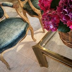 CONTRAST.  19th century giltwood chairs play nicely off a vintage Mastercraft brass coffee table.  #mixandmatch #antiques #brass #doyourownthing #neverplayitsafe #flatweave #rug #foundstyle @carolpiperrugs @ryanreitmeyer77 #vintage